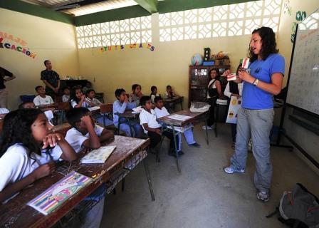 professora falando em sala de aula